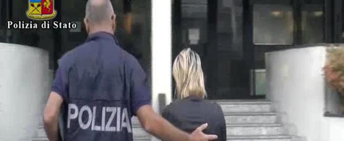 Un fermo immagine tratto da un video della polizia mostra un momento dell'operazione contro una banda di donne che circuiva anziani a Piacenza, 20 luglio 2016. ANSA/POLIZIA EDITORIAL USE ONLY